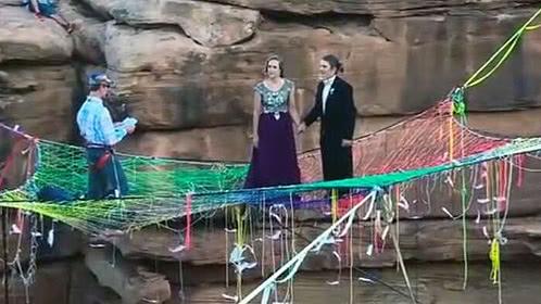 新婚夫妇峡谷婚礼蹦极庆祝