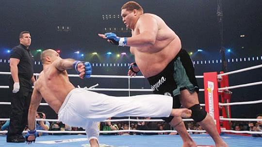 440斤巨人遭猛男擒杀