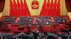 十三届全国人大一次会议闭幕 全体起立唱国歌