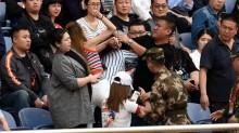 山东鲁能主场女球迷打架事件 扭打后跌落看台