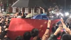 """中国留学生包围""""港独""""游行齐唱国歌 为国旗挡雨"""