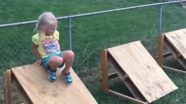 爸爸为4岁女儿自制闯关游戏