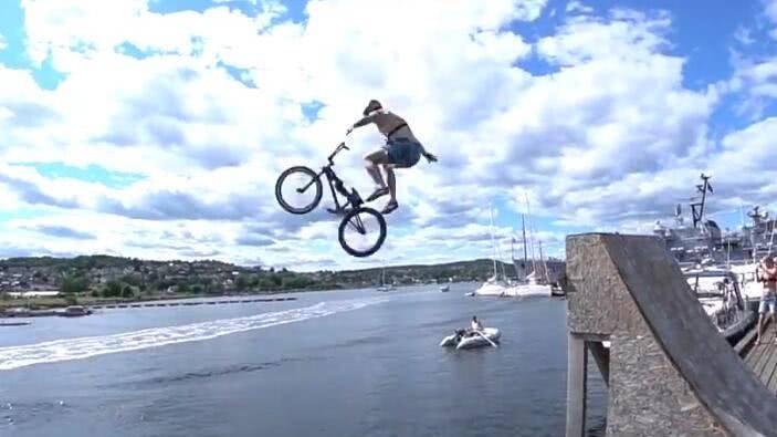 男子骑自行车花式跳水