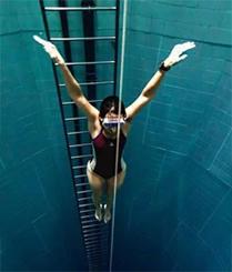一眼望不到底的无底洞泳池
