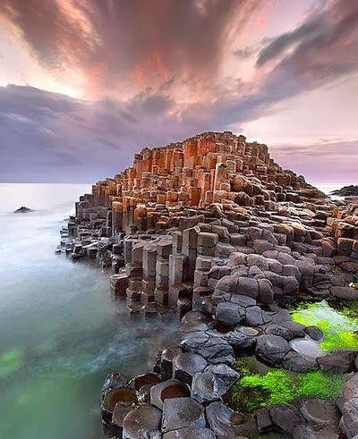 海滩上为何出现神秘石柱?