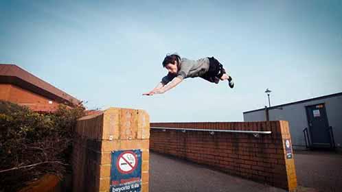 15岁英国少年跑酷如履平地