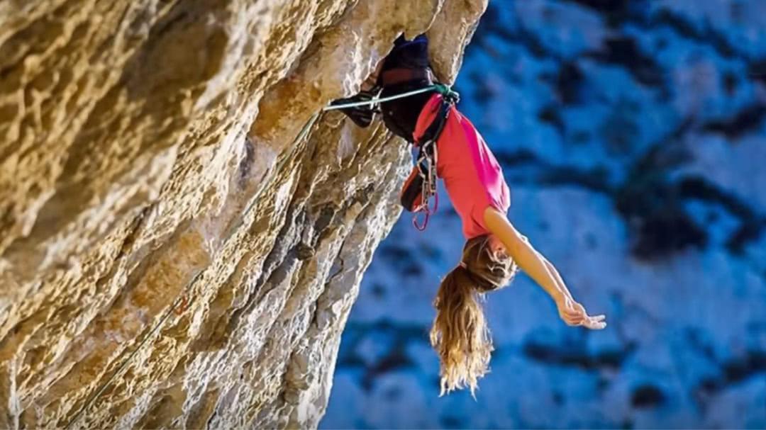 美国金发美女攀岩塑身