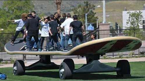 40人齐滑10米长滑板