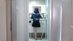 """独腿女孩的""""正常生活"""":从用长裙遮掩到穿高跟鞋出门"""