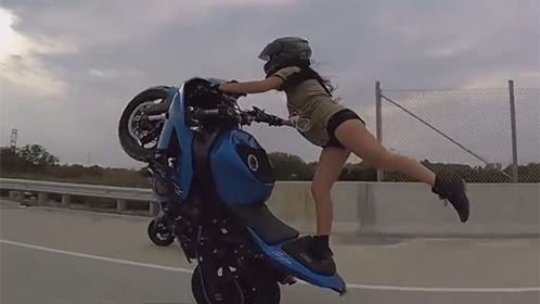 美女骑摩托车挑战极限
