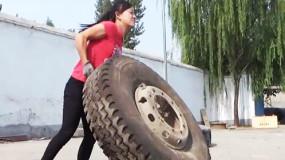 """88斤女子扒百斤轮胎 吸粉30余万被称""""轮胎妹"""""""