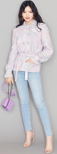 林允穿淡紫色双排扣外套配牛仔裤 双腿笔直修长似竹竿