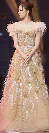 娜扎芭莎慈善夜红毯造型 一袭裸粉色金丝羽毛裙
