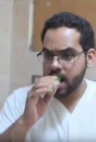 石油专业小伙儿吃黄瓜充饥