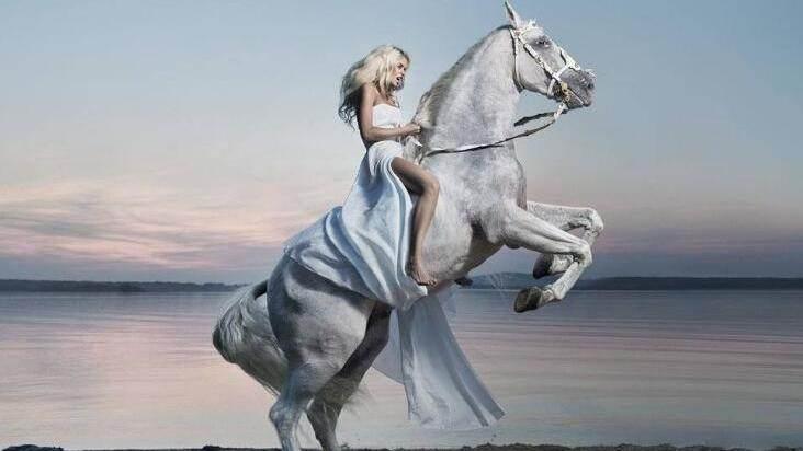 美女无缰无鞍骑乘骏马