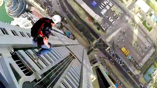 极限达人从迪拜公主塔自由落体
