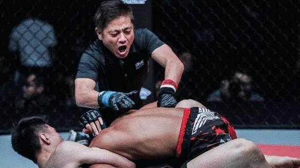 中国小伙扬威格斗赛