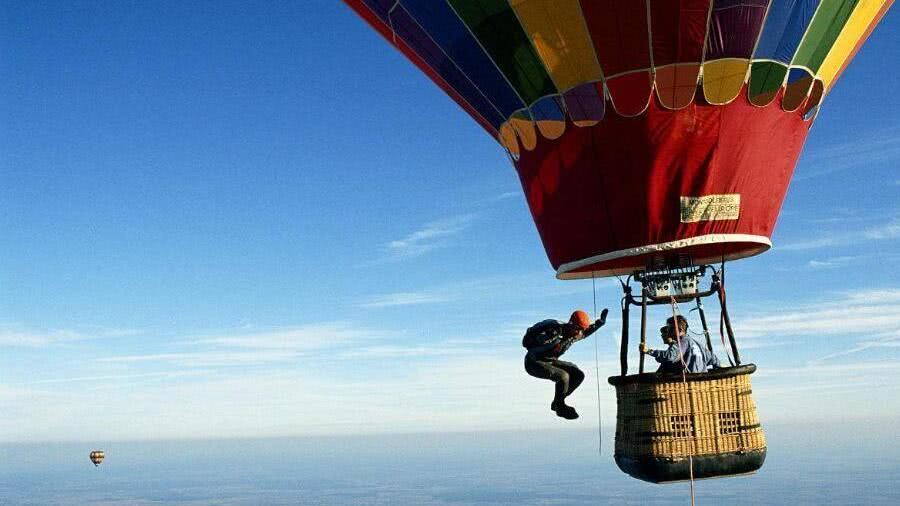 热气球上玩跳伞 梦幻又刺激