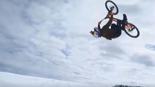 神人冰雪上玩自行车上演极限操作