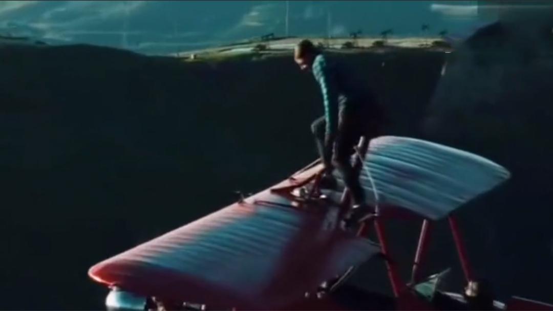 极限大神将身体绑在机翼上