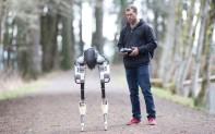 两腿机器人将取代快递员送货