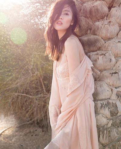 刘雯迪拜大片性感迷人 自由诠释柔情与坚毅