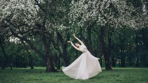 暖春之中翩跹起舞