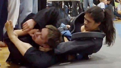 女子柔术高手将男对手锁晕