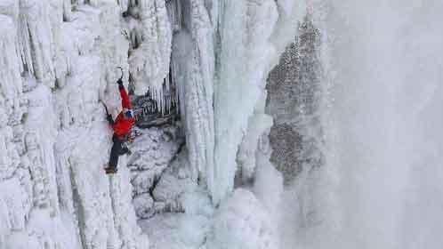 牛人攀爬冰瀑布