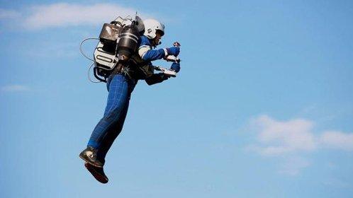 牛人背飞行器翱翔