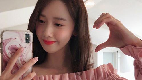 2018-08-20 林允儿发比心照片表白粉丝 美手白嫩修长超吸睛