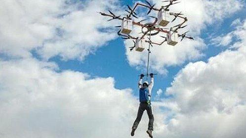 土豪花25万玩无人机跳伞