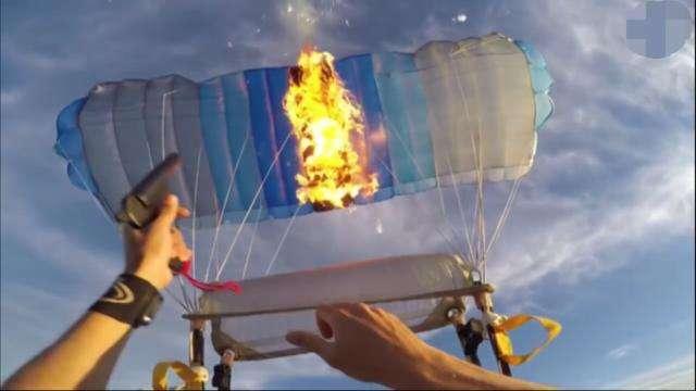 牛人从飞机跳下点燃降落伞