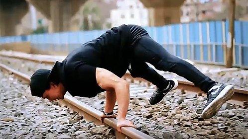 健身牛人展示超强臂力