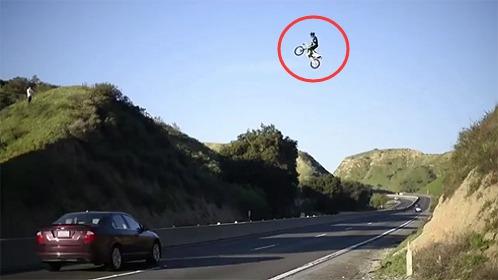 牛人骑摩托飞跃两座山