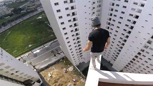 作死男子超高楼顶跑酷