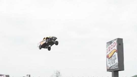 牛人开车腾空飞跃50米