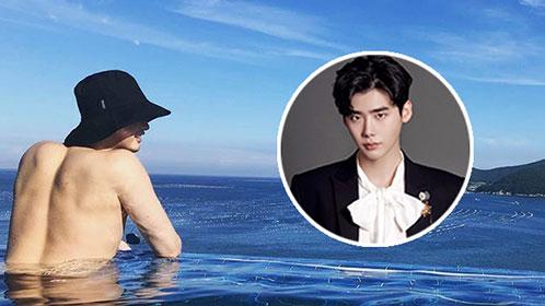 2018-07-23 李钟硕休假不忘给粉丝发福利 晒露背泳照秀性感肌肉