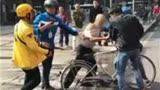 是什么原因导致老人专偷外卖,遭3外卖小哥蹲守围殴!