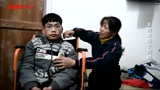 50岁母亲背瘫痪儿子求学:上学是唯一出路