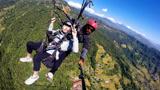 中国小伙挑战极限运动!跑到尼泊尔玩滑翔伞,吓到脸白