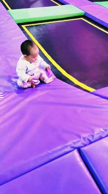 十一个月宝宝学爬坡