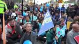 """韩国数千民众举行反""""萨德""""集会 警察全程严密""""护送"""""""