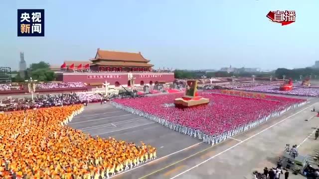 """簇擁着毛澤東同志巨幅畫像的""""建國偉業""""方陣"""