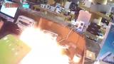 实拍苹果手机维修店里爆炸 拆电池时突然冒烟起火