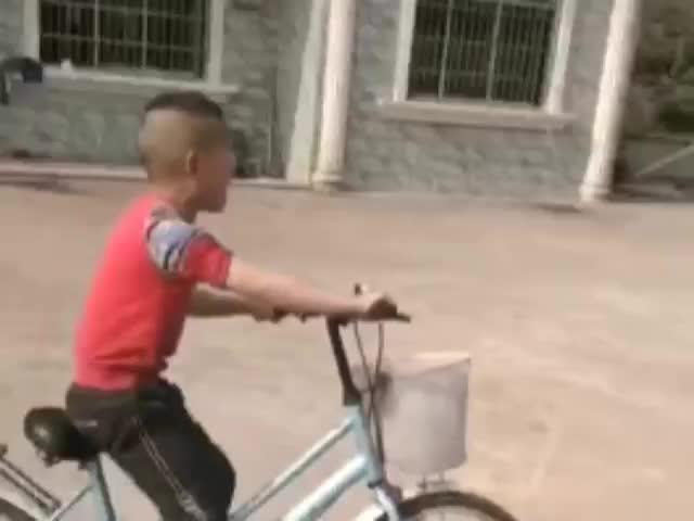 兒子學會了騎自行車但不會停,哭了兩小時了