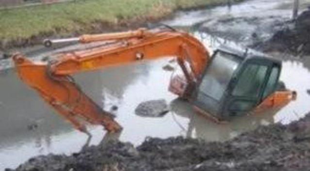 当挖掘机和吊车发生事故现场 (104播放)