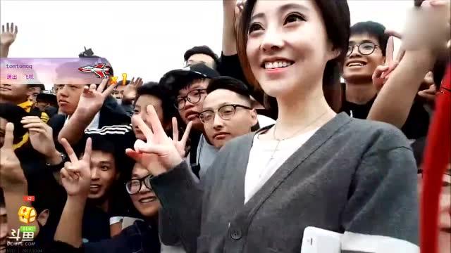 冯提莫中秋户外直播与粉丝合影 场面一度混乱海报剧照
