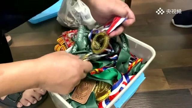 她的奖牌有多重?也就20斤吧
