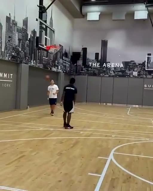 湖人训练馆热火朝天 安东尼与贝茨训练场比拼三分_全景NBA